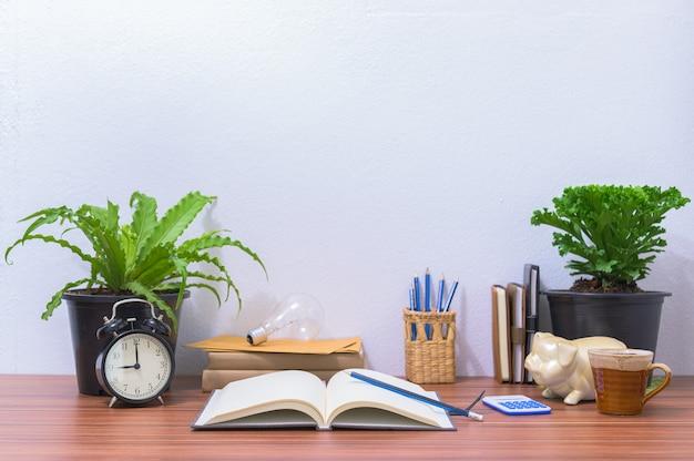 Libri e cancelleria sono sulla scrivania in ufficio