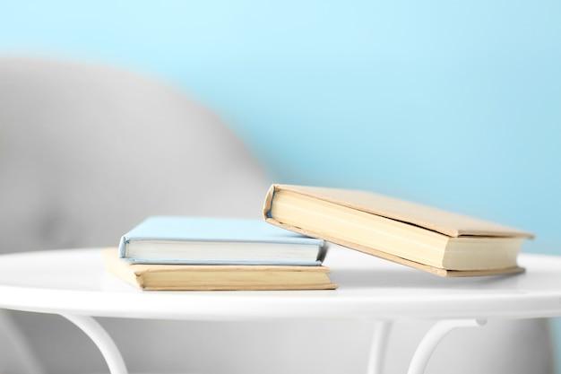 Libri sul tavolo in camera