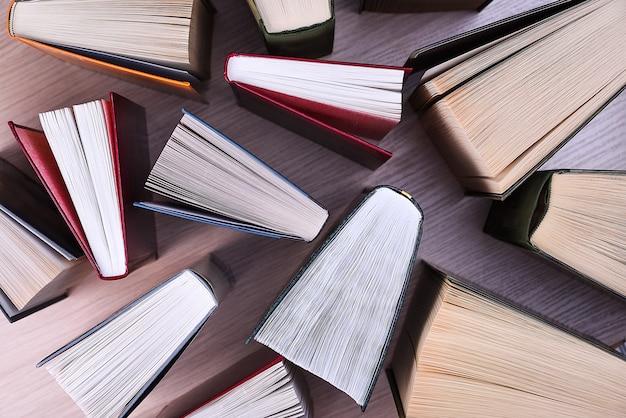 Vista dall'alto di libri. stanno socchiusi sul tavolo, i fogli stesi come una ventola. di nuovo a scuola. formazione scolastica. lettura.