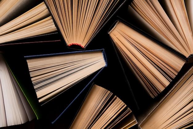 Vista dall'alto di libri