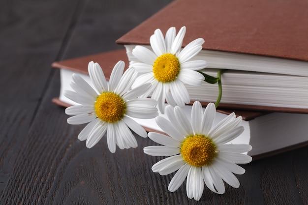 Libri con bouquet di fiori