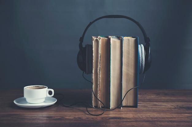 Libri con auricolare e caffè sul tavolo