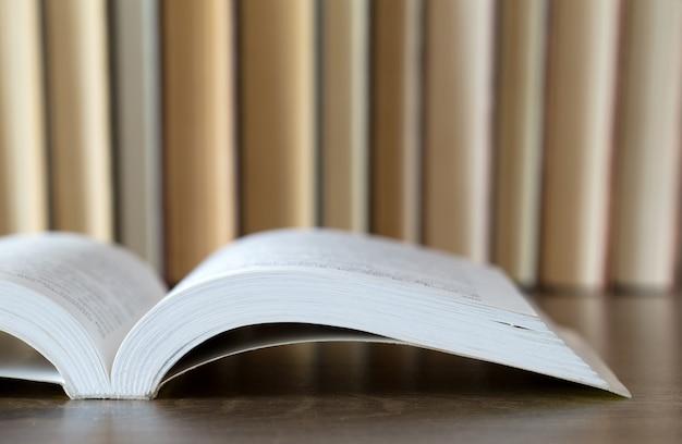 Libri su fondo in legno