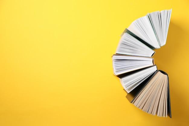 Libri su spazio giallo, vista dall'alto e spazio per il testo