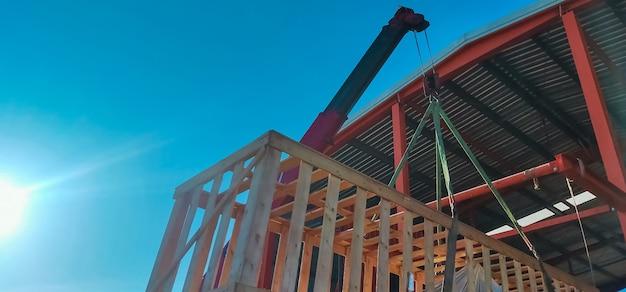 Gru del camion dell'asta che solleva il macchinario che immagazzina in scatola di legno per immagazzinato in magazzino