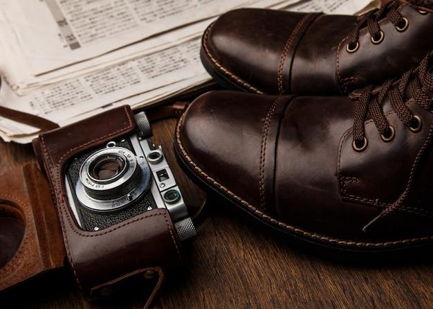 Stivali e macchina fotografica