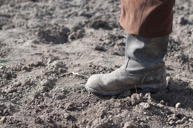 Stivali sulla terra asciutta