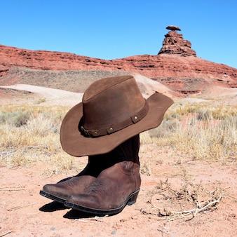 Stivali e cappello davanti alla famosa roccia del cappello messicano
