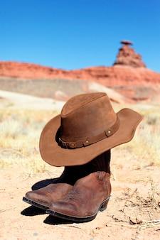 Stivali e cappello davanti alla roccia messicana del cappello