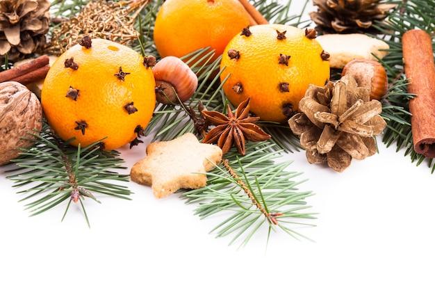 Bordo per natale - abete, mandarini e spezie