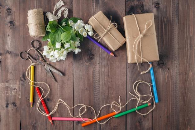 Bordo di matite colorate e fiori bianchi