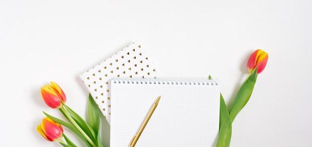 Confine piatto laici scrivania da ufficio, stile minimalista su sfondo bianco con spazio vuoto per il testo