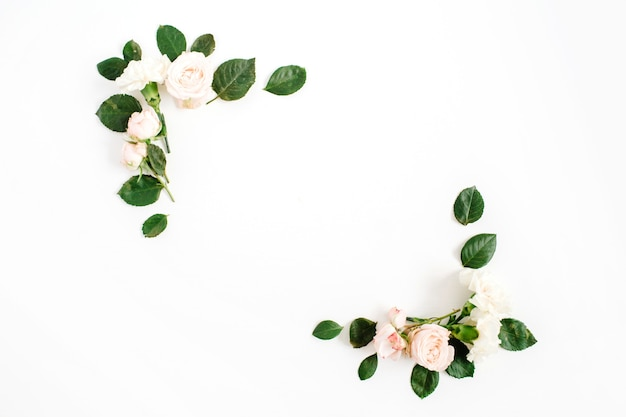 Cornice di confine con boccioli di fiori rosa beige e foglie verdi isolati su sfondo bianco. disposizione piatta, vista dall'alto