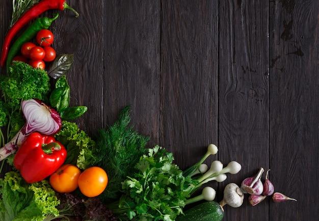 Confine di verdure fresche su legno con copia spazio