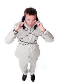 L'uomo d'affari annoiato si aggroviglia nei cavi del telefono