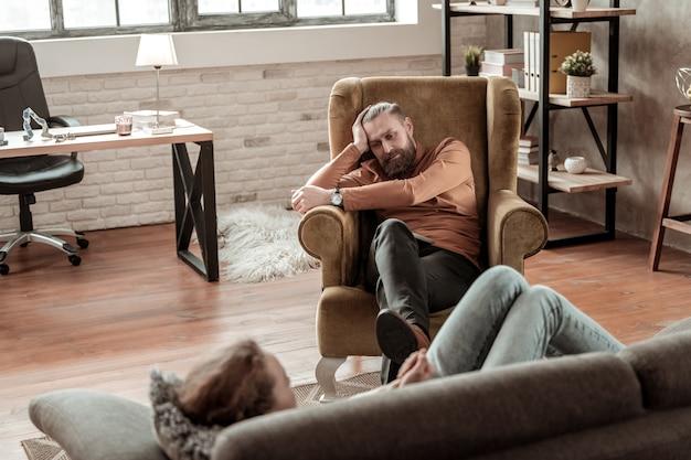 Padre annoiato. padre barbuto si sente annoiato ascoltando la figlia che racconta del suo nuovo fidanzato