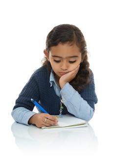Annoiato giovane ragazza scrivendo i suoi compiti