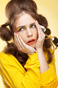 Annoiato giovane donna roteando gli occhi e afferrandole la testa