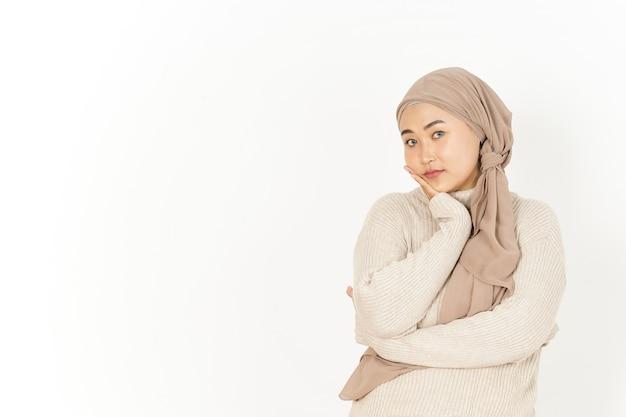 Gesto noioso di bella donna asiatica che indossa l'hijab isolato su sfondo bianco