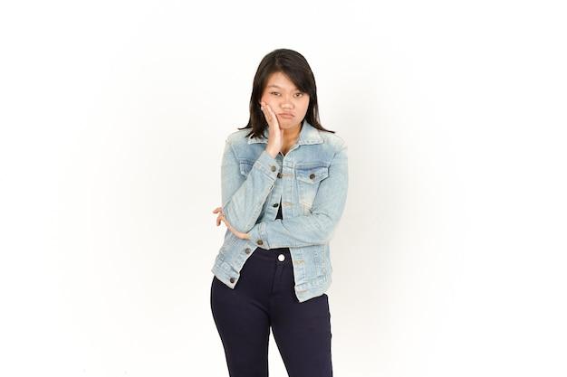 Gesto noioso di bella donna asiatica che indossa giacca di jeans e camicia nera isolata su white