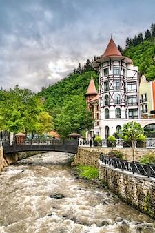 Il fiume borjomula a borjomi, una località turistica nella georgia centromeridionale