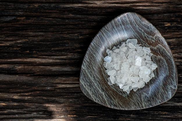 Canfora borneol, cristallo su un vecchio legno e sulla natura.