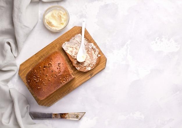 Pane borodino su un piatto bianco con burro. copia spazio