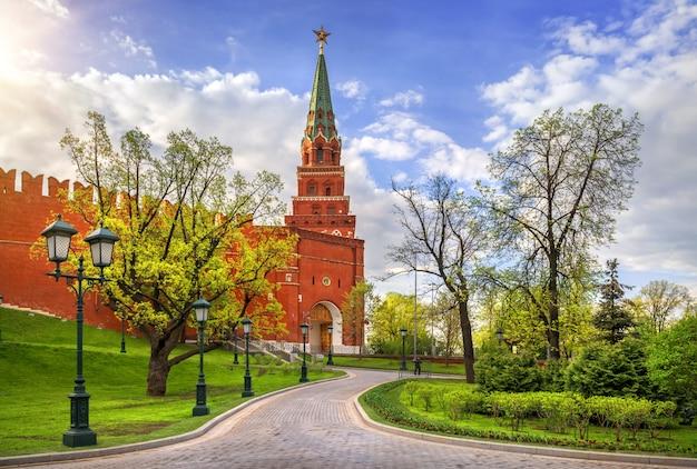 Torre borovitskaya e porta borovitsky del cremlino di mosca