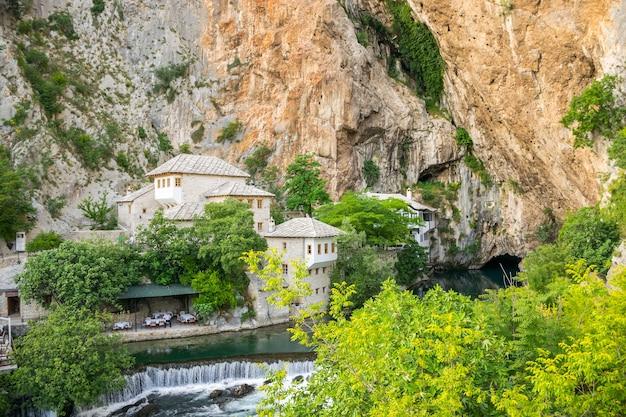 Bosnia erzegovina i dipendenti del ristorante in attesa dei loro visitatori
