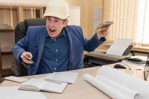 Il capo con un elmetto da costruzione tiene in mano una mazzetta di soldi e urla al suo subordinato. entrate basse. uomo d'affari.