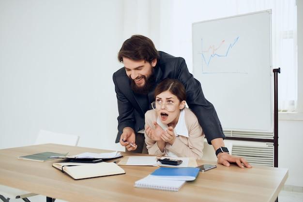 Il boss molesta la segretaria al lavoro nell'ufficio della violenza molestie