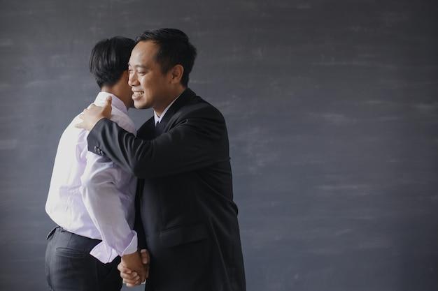 Il capo abbraccia i suoi dipendenti per congratularsi con lui