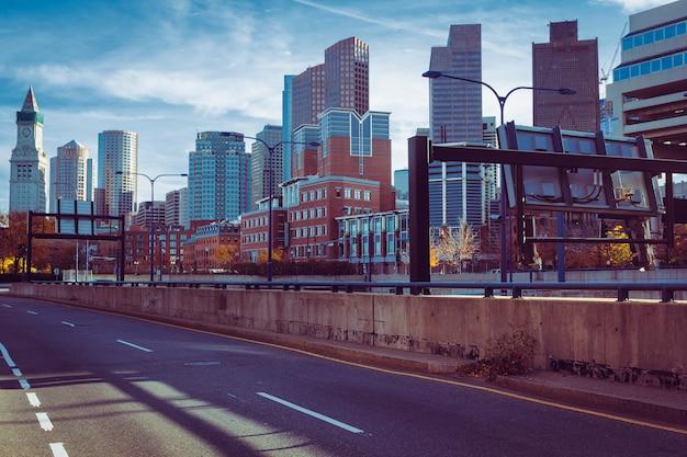 Vista del centro dell'orizzonte di boston dietro la strada principale 93
