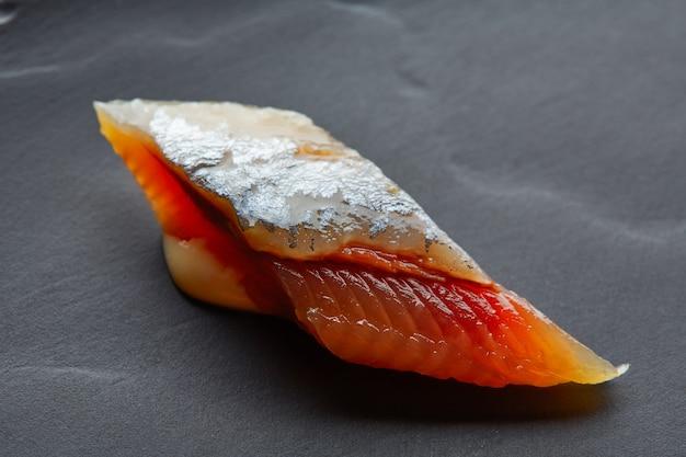 Primo piano a macroistruzione della fetta della sardina di bota sul nero