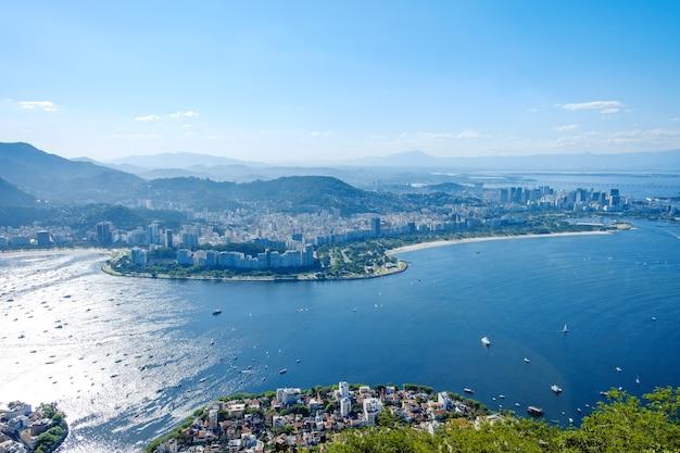 Vista della baia di botafogo dalla cima della montagna di pan di zucchero con molte navi a vela rio de janeiro in brasile