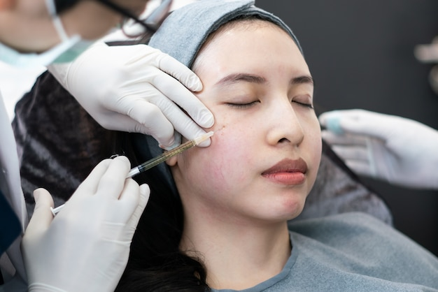Botox, iniezione filler per viso femminile asiatico