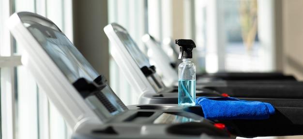 Bottiglia di alcol e panno per la pulizia delle attrezzature sportive