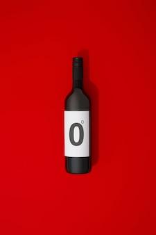 Bottiglia di vino rosso senza alcol su sfondo colorato
