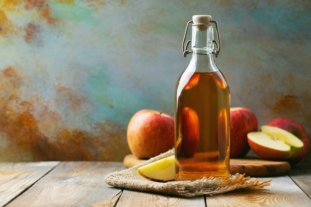 Bottiglia di aceto biologico di mele o sidro.