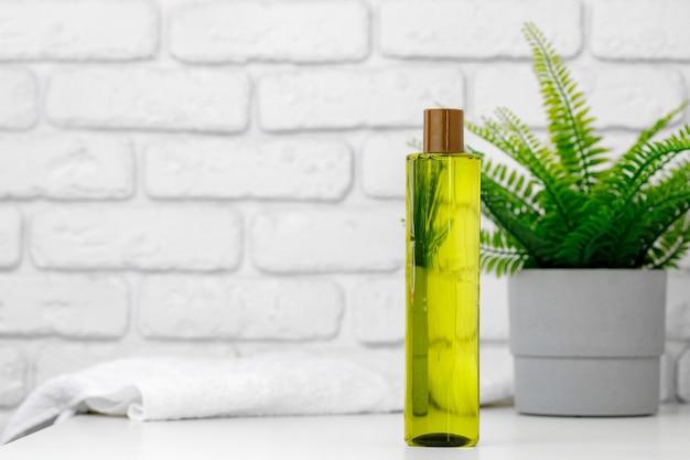 Bottiglia di olio di avocado per uso cosmetico in bagno, vista frontale
