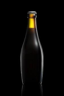 Bottiglia di birra o sidro con tracciato di ritaglio isolato su sfondo nero sfumato