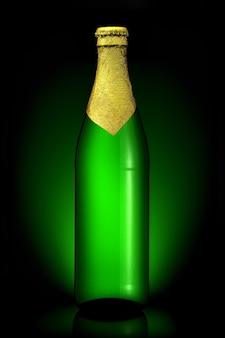 Bottiglia di birra con lamina dorata con percorso di ritaglio isolato su sfondo nero