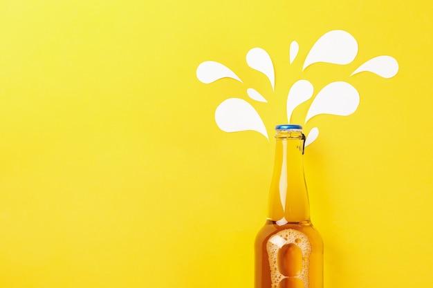 Bottiglia di birra su sfondo giallo, spazio per il testo