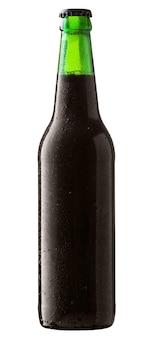 Bottiglia di birra nera con gocce isolate