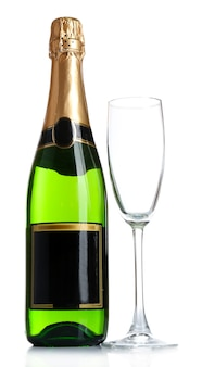Bottiglia di champagne e bicchiere di champagne vuoto, isolato su bianco