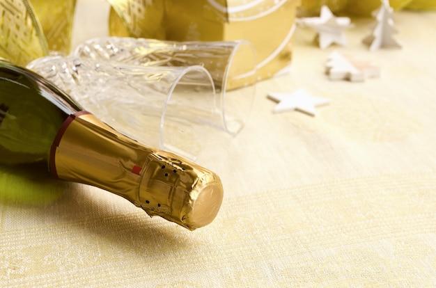La bottiglia di champagne con due due eleganti flauti e decorazioni festive. 2017 felice anno nuovo concetto. copia spazio