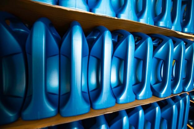 La plastica dell'olio motore per bottiglie su pallet viene immagazzinata nella fabbrica del magazzino per essere imballata