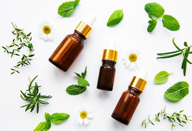Bottiglia di olio essenziale sul tavolo