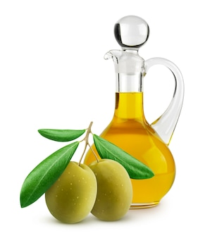 Bottiglia di olio extra vergine di oliva e olive verdi su superficie bianca