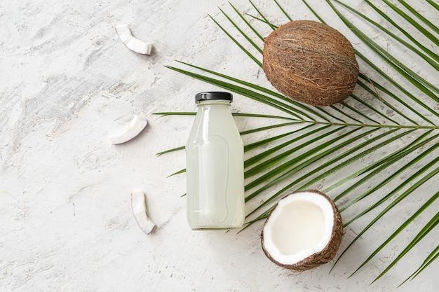 Bottiglia di acqua di cocco fresca sul tavolo